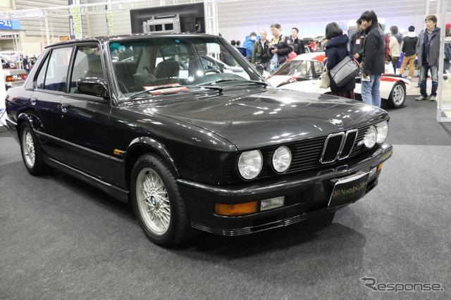 BMWは新旧のM5を展示。