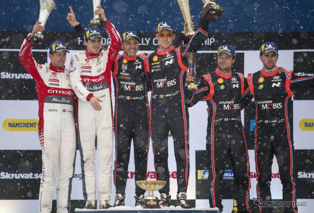 ラリースウェーデンの表彰式。中央右が優勝者ヌービル(中央左はコ・ドライバーのN.ジルソー)。