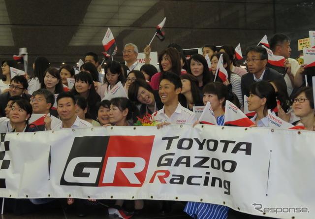 中嶋一貴(前列ほぼ中央)と小林可夢偉(前列左の方)がトヨタ東京本社で凱旋報告。