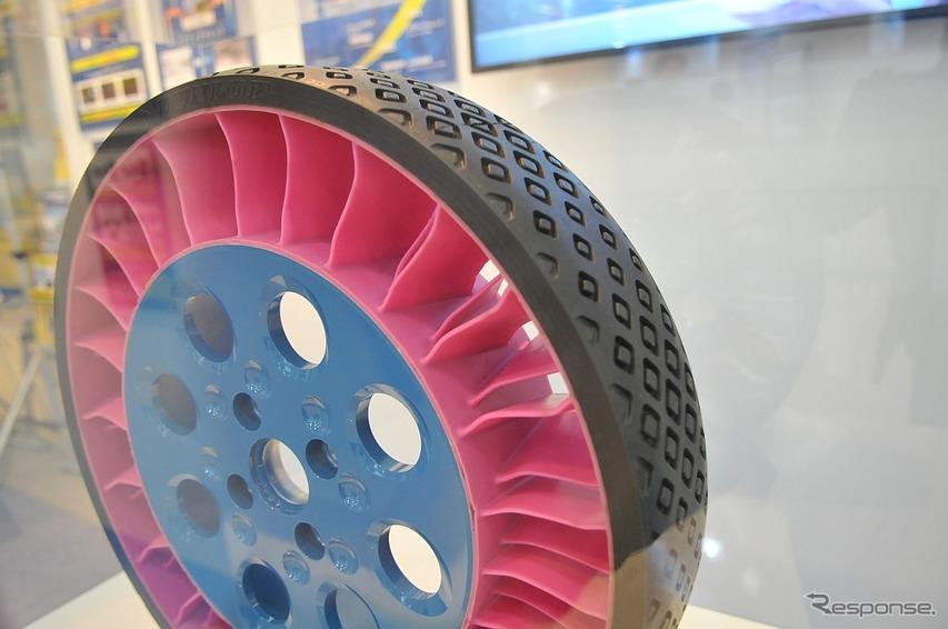 2015年に発表されている住友ゴム工業のコンセプトタイヤ「エアレスタイヤ」