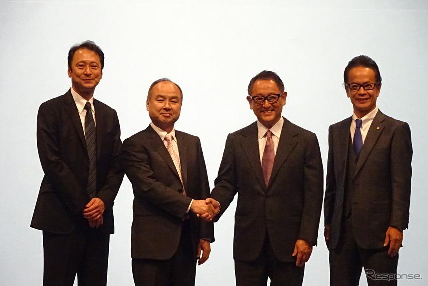 共同会見し、握手するソフトバンクグループの孫代表(中央左)とトヨタの豊田社長