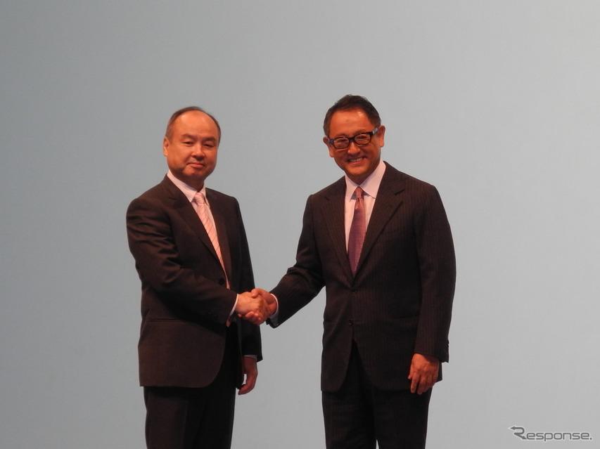 トヨタ自動車の豊田章男社長(右)とソフトバンクグループの孫正義会長兼社長