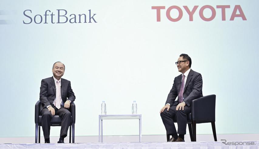 提携を発表したソフトバンクグループ孫正義代表と、トヨタ自動車の豊田章男社長