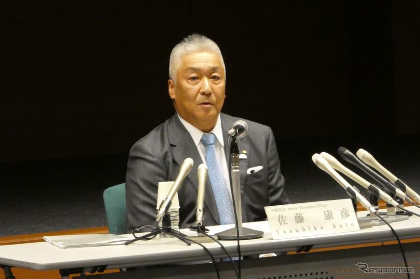 夕刻の記者会見で販売チャネルの変革を説明する佐藤康彦専務役員。