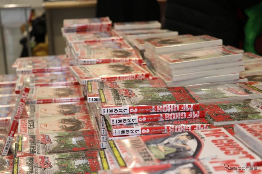 MFゴーストブースでは、人気の単行本が購入可能。初日から混雑だった。