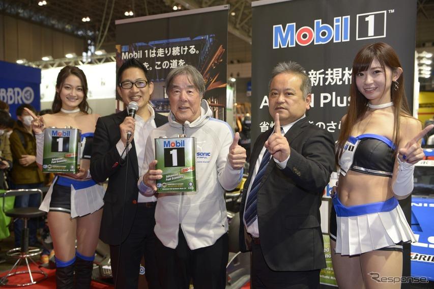 司会進行のスーパーGTオフィシャルアナウンサーのピエール北川氏(左から2番目)、チームインパル監督の星野一義氏(同3番目)、そしてEMGルブリカンツから潤滑油企画統括部副統括部長の山内保宏氏(同4番目)