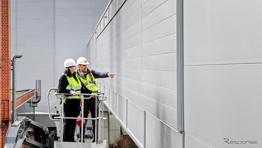 工場の壁にNOx吸収技術を導入するポルシェ・タイカンの生産工場