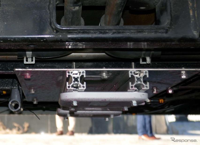 車両の底部に取り付けられた磁気マーカーの磁力をキャッチするRF-ID受信機
