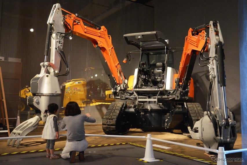 日立建機の『四脚クローラ方式双腕型コンセプトマシン』