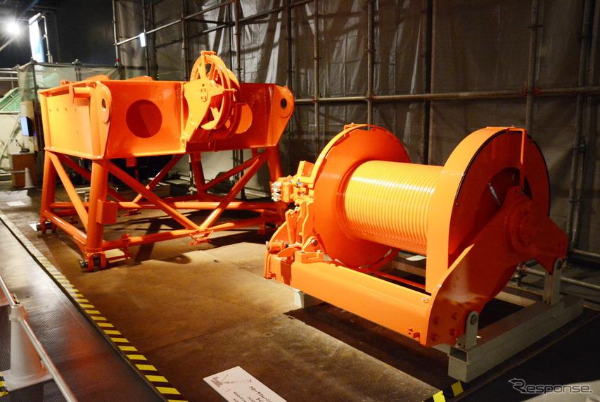 住友重機械建機クレーンの大型クローラークレーン用ウインチ(右)とハンマーヘッド