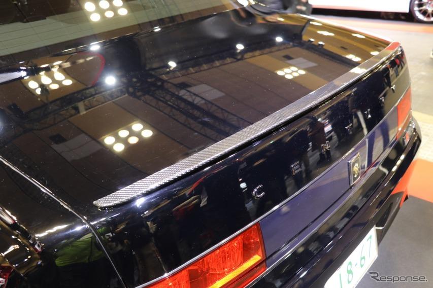 レクサスLF-Aを手掛けたトヨタのカーボン職人さんが手掛けたというリアスポイラー。名刀何某と言いたくなる美しさがある。