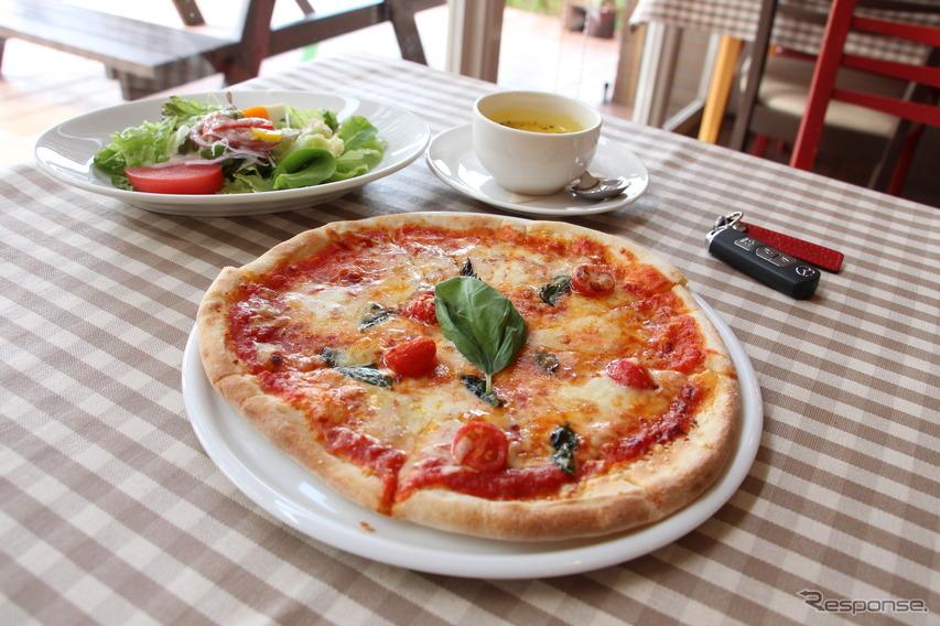 こちらは通常メニューのピザ