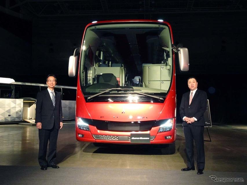 2019年型大型観光バス「エアロクィーン」を前に、三菱ふそうトラック・バス株式会社 代表取締役会長の松永和夫氏(左)と同バス事業本部長の高羅克人氏