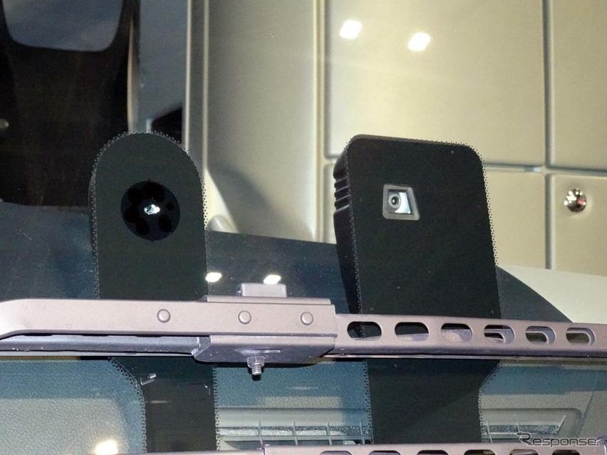 衝突被害軽減ブレーキや車線逸脱警報で利用するのカメラ(右)