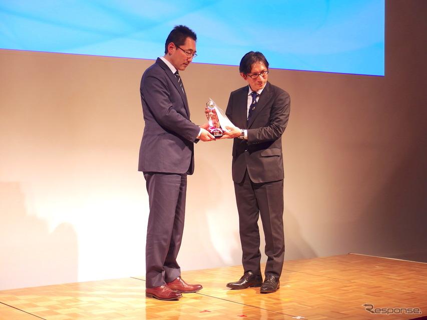 審査委員長でレスポンスの三浦和也編集人(向かって左)と、トヨタ自動車渉外広報部広報室の築城担当部長