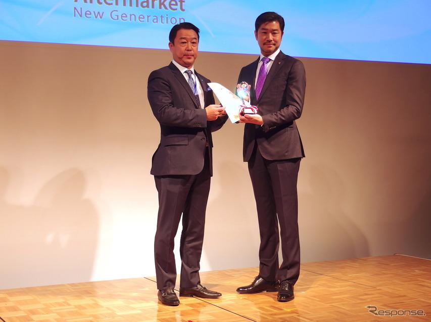 ポルシェジャパンの黒岩広報部長(向かって右)