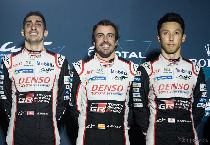 優勝した8号車のクルーたち。左からブエミ、アロンソ、中嶋一貴。