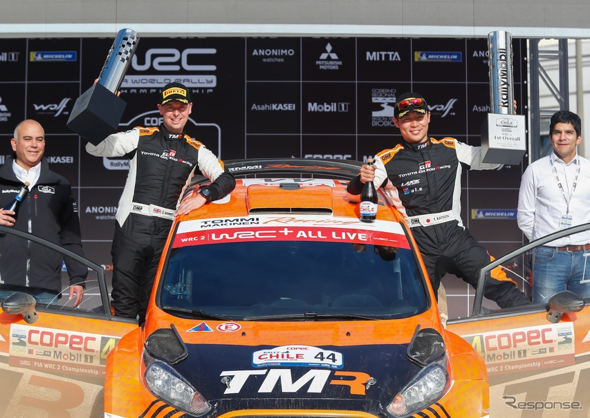 勝田貴元(中央右)がWRC2で優勝(中央左はコ・ドライバーのD.バリット)。