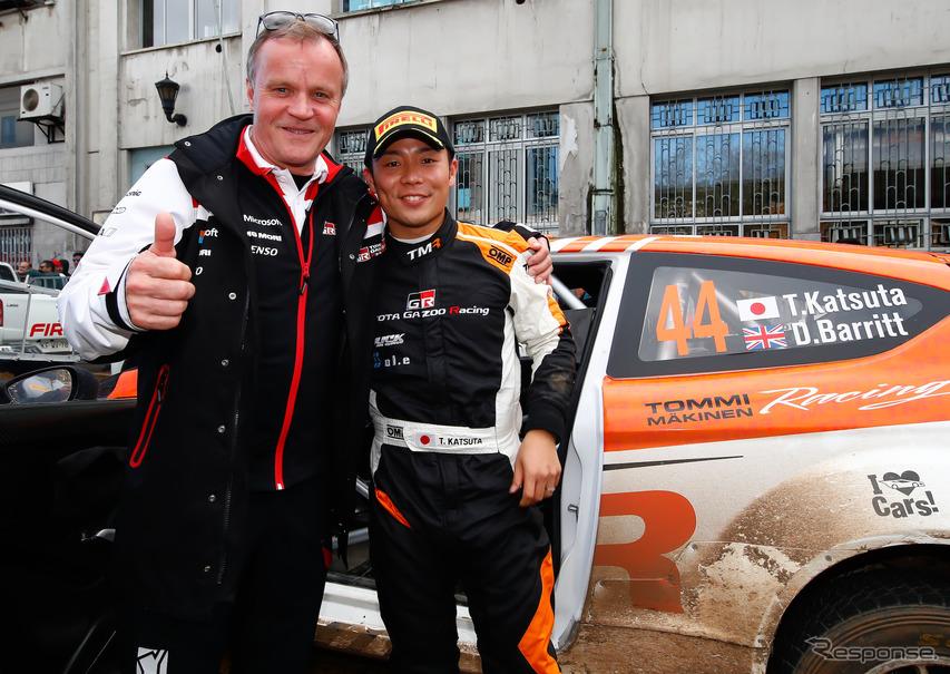 勝田を祝福するのはトヨタWRC陣営のトミ・マキネン代表。