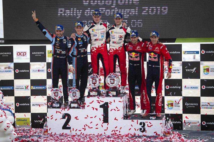 WRCポルトガル戦の表彰式。中央左がタナク、同右がコ・ドライバーのM.ヤルヴェオヤ。