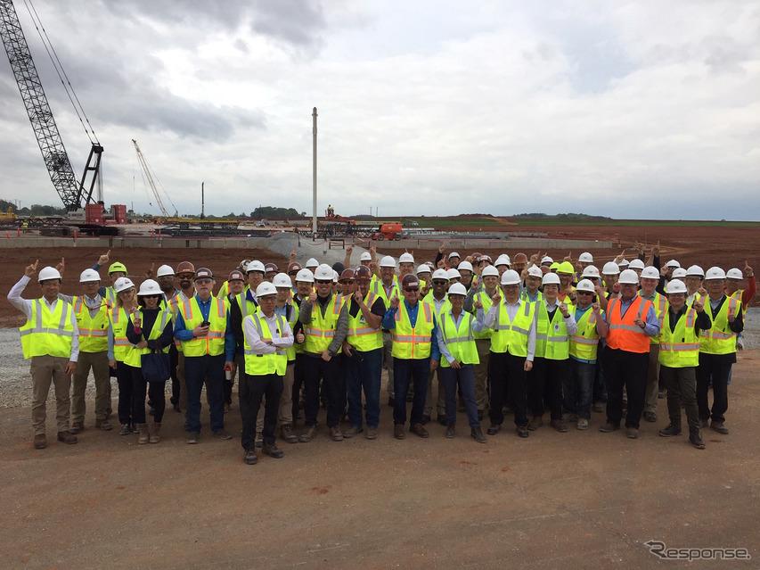 ハンツビル新工場建設で、最初の鉄骨の据付式(4月23日)