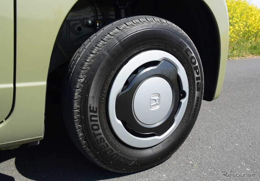タイヤは商用車用のブリヂストン「エコピア R680」。内圧は前280kPa、後350kPaと、乗用車よりずっと高く、パンパンである。