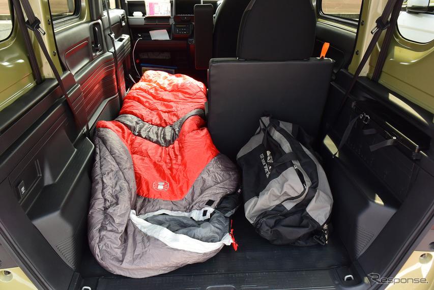 寝袋を広げてみた。車中泊スペースは十分に取れるが、1名限定。