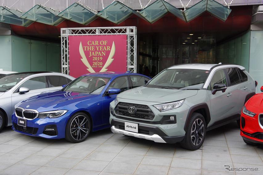 インポート・カー・オブ・ザ・イヤーのBMW 3シリーズセダン(左)と日本カー・オブ・ザ・イヤーのトヨタRAV4(右)