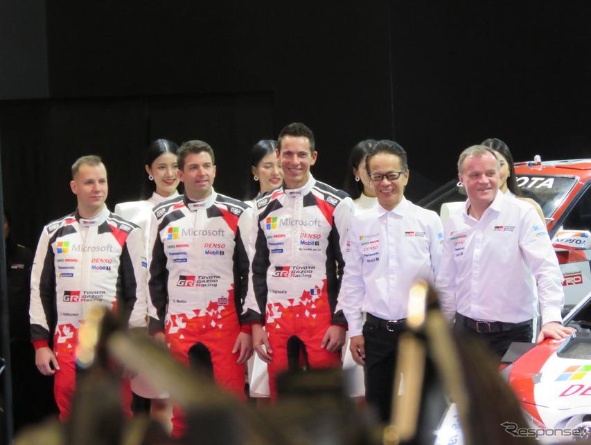 左から、ロバンペラのコ・ドライバーであるJ.ハルットゥネン、エバンスのコ・ドライバーであるS.マーティン、オジェのコ・ドライバーであるJ.イングラシア、トヨタ首脳の友山茂樹氏、チーム代表のトミ・マキネン。