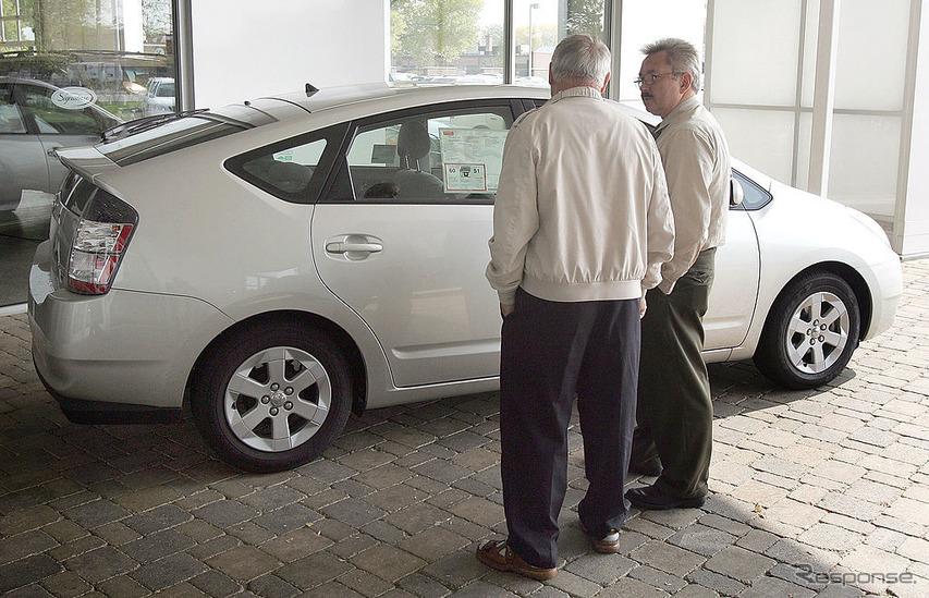 2005年、ディーラーでプリウスの購入を検討する顧客。人気で品薄に。