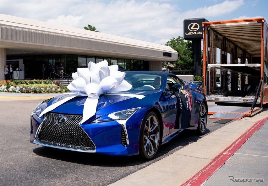レクサス LC コンバーチブル、量産第一号車を引き渡し…慈善オークションで200万ドルで落札