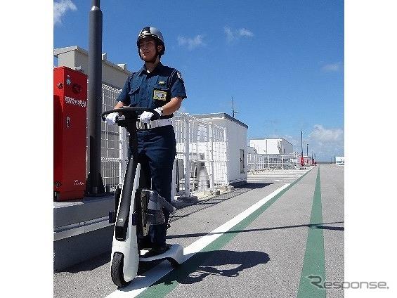 歩行領域EV(警備実証用モデル)を活用して巡回する警備員