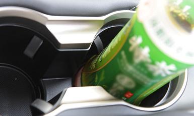 ペットボトルを固定して片手でキャップを回して開けることができるペットボトルホルダーは新開発。とっても便利でした。