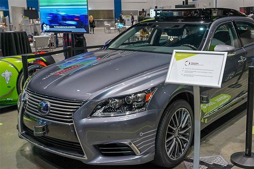 将来的な完全自動運転に向けてトヨタでも開発が進められている、写真は技術開発用のプロトタイプで、フロントや屋根の上に車両の周囲の状況を調べるセンサーが搭載されている