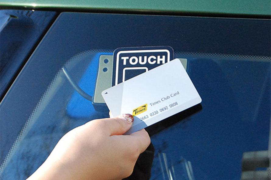 タイムズカープラス の場合、専用のICカードを車両に取り付けられたセンサーにタッチすることで解錠ができる。そのため、レンタカーのような対面での受付けは不要