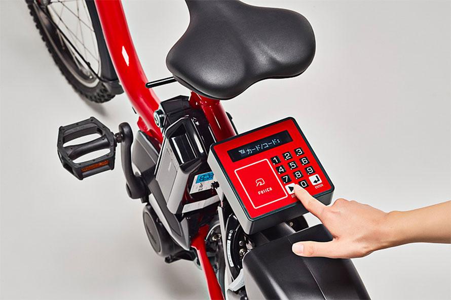 スマホを使って予約をしたら、自転車本体のパネルにスマホやICカードをかざしたり、暗証番号を入力したりで解錠が行える