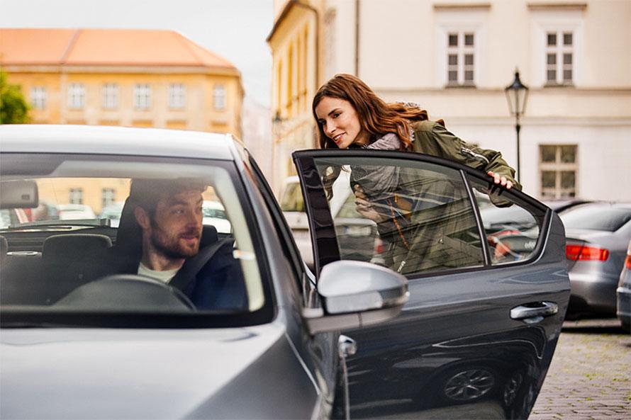 ITを活用することで、利用者とその近くにいる契約ドライバーをマッチングさせるライドシェア