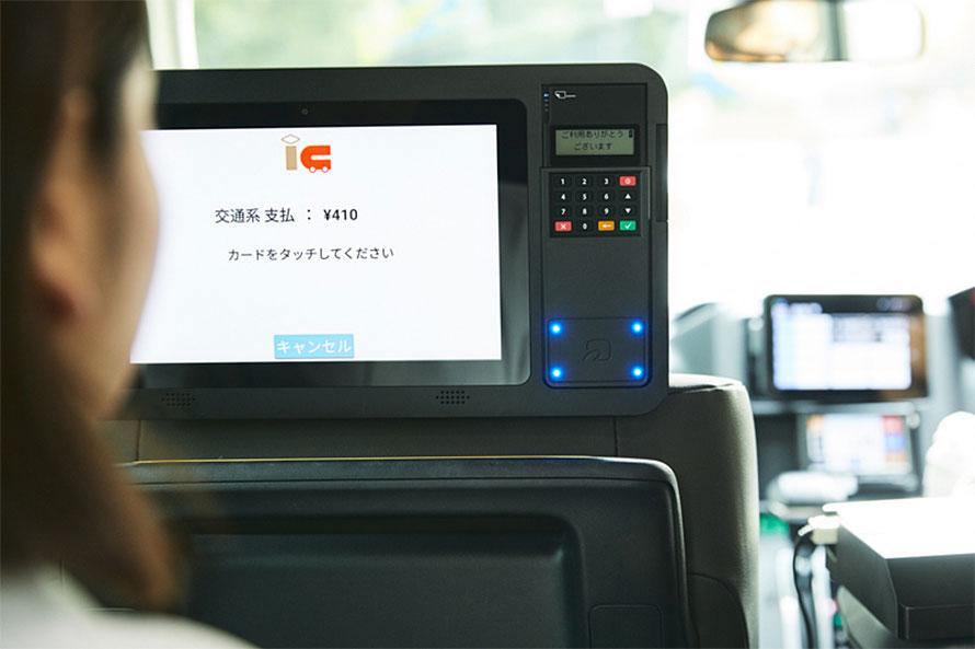 「決済機付きタブレット」は、タブレット自体がリーダーになっていて、利用者がクレジットカードを挿したり交通系ICカードなどをタッチしたりして決済を済ませることができる