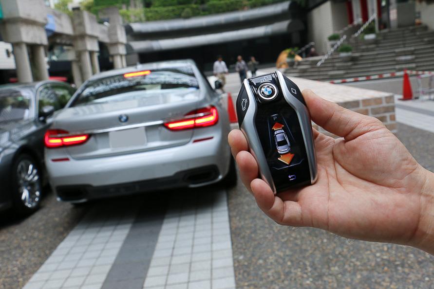 BMWディスプレイ・キーを使い車外から駐車ができる