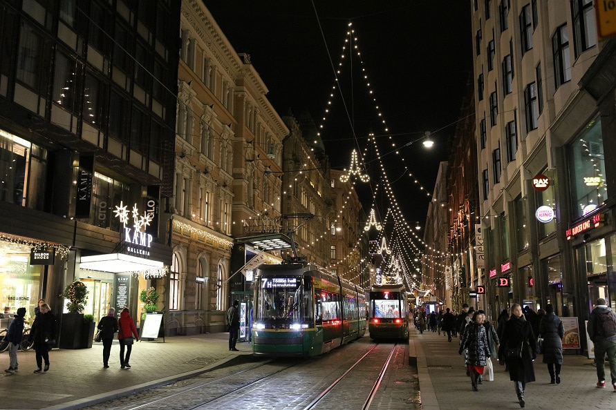 クリスマスシーズンは街中が華やかに飾られている