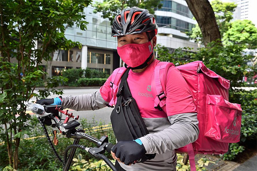 foodpandaの配達員、同社のコーポレートカラーであるピンクの保温バックですぐ分かる