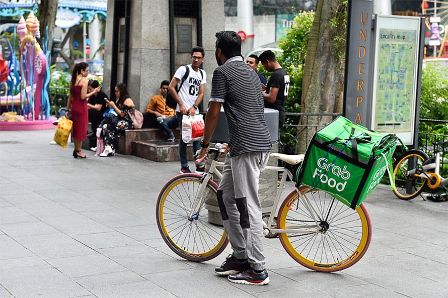 配送スタッフは二輪車だけでなく、自転車やキックボードといったさまざまな乗り物を利用している