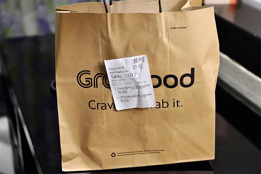 Grab Foodのロゴが入った袋に入れてもってきてくれる