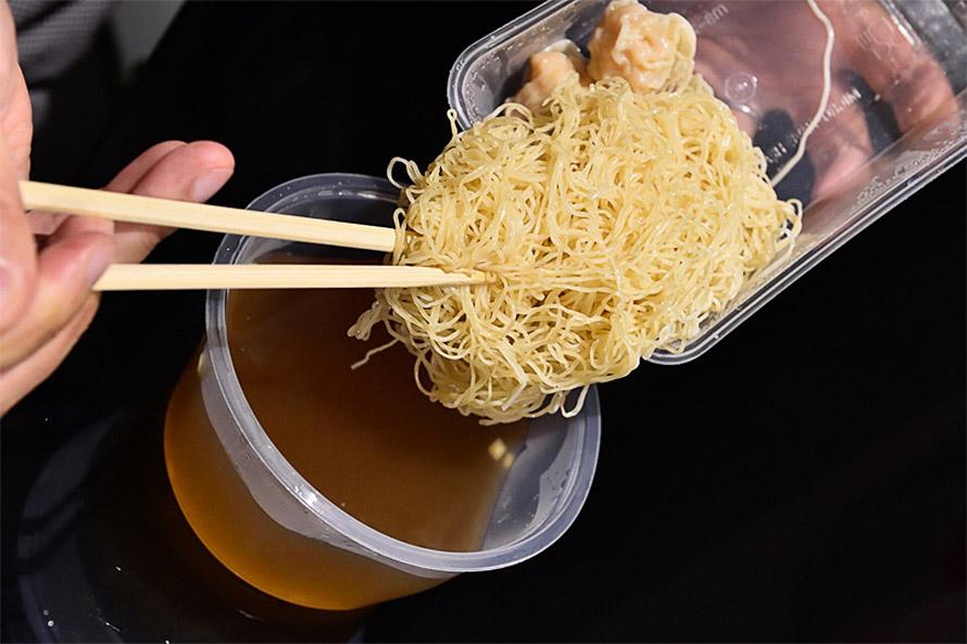 麺は別になっており、スープに自分で入れる