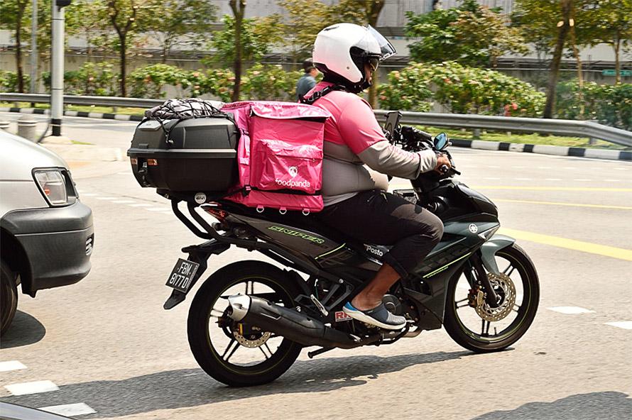 バイクで配送するfoodpandaのスタッフ