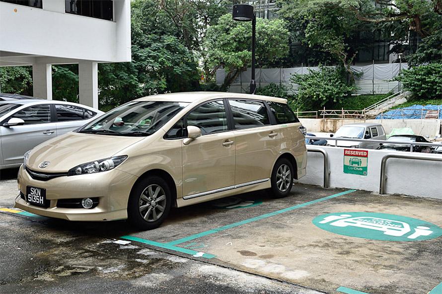 シンガポールのマンションのパーキングに用意されているCar Clubのパーキング、Webやスマートフォンアプリで予約してここから乗っていく
