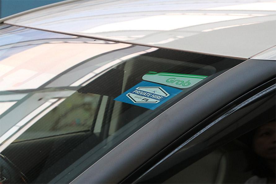 フロントウィンドウに貼られているGrabのロゴ