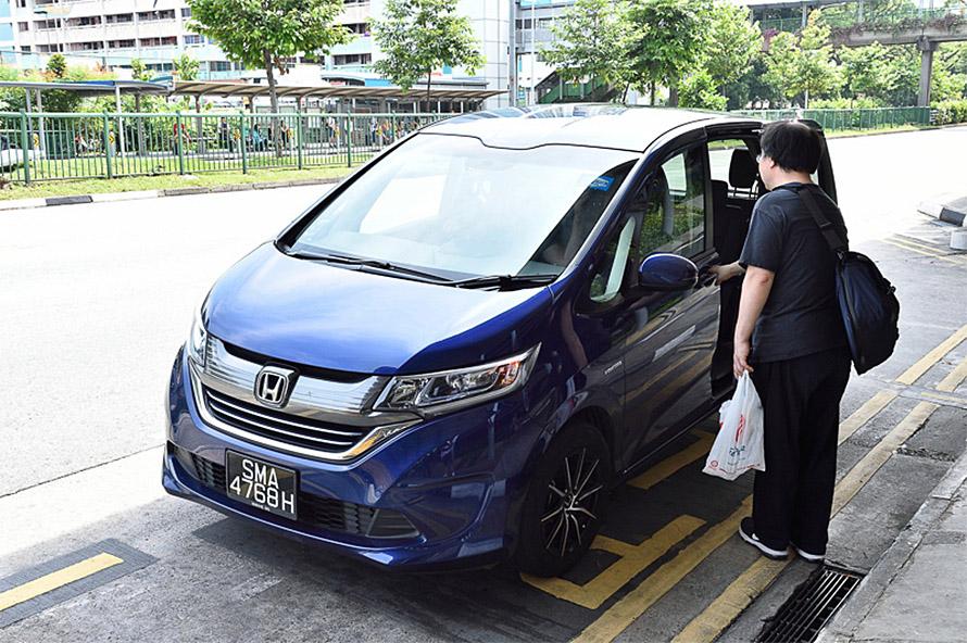 Grab Car 6-Seater Economyで呼んだらホンダ FREEDが登場