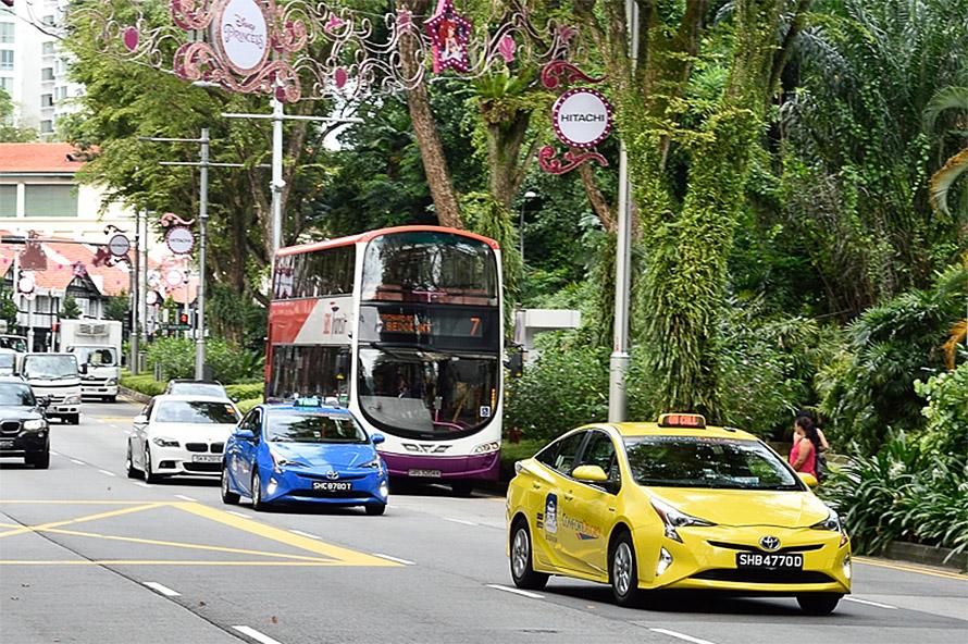 ComfortDelGro社のタクシーは青色と黄色がトレードマーク。街のあちらこちらで見かけることができる
