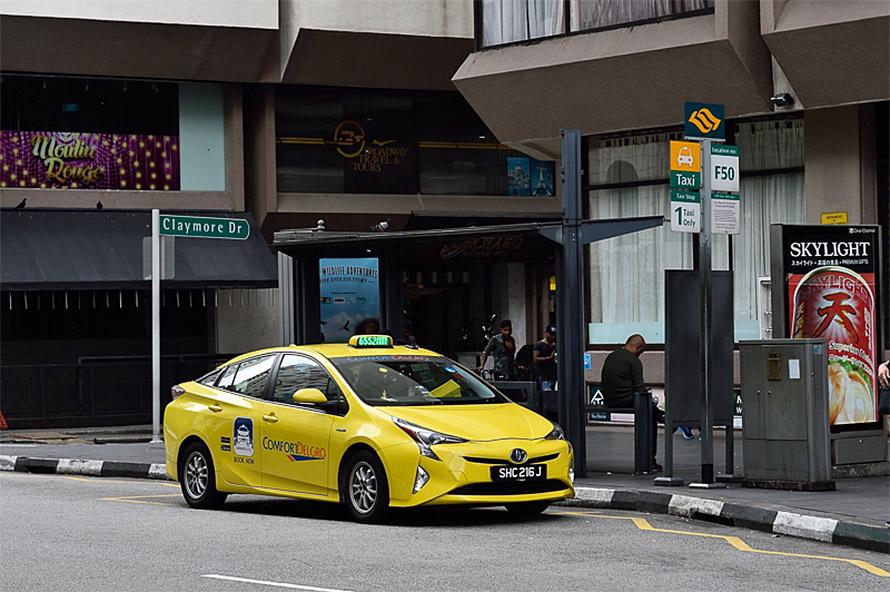 シンガポールの街中には多くのタクシー乗り場があり、アプリを使わなくてもタクシーに乗るのは容易だ